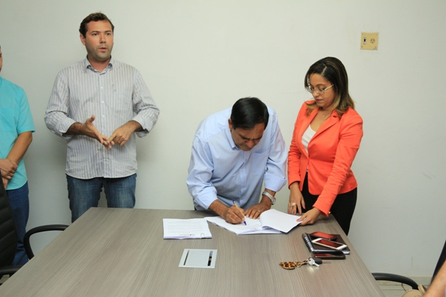 Prefeito Josemar Sobreiro assina edital de convocação de aprovados no concurso público para provimento de cargos no Município