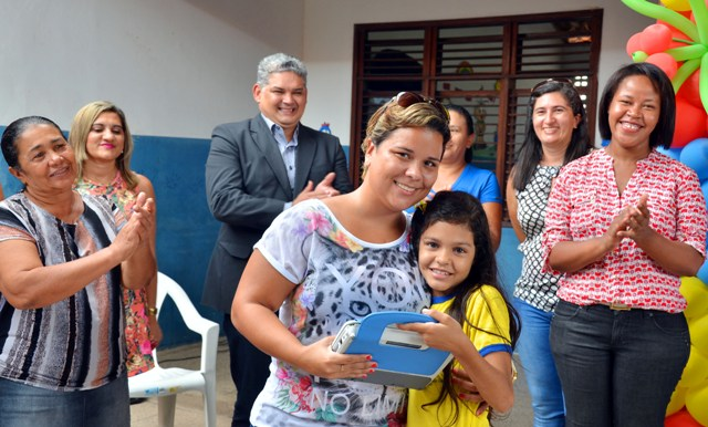 Aluna recebe laptop, que a ajudará nas tarefas escolares, melhorando  o desempenho nos estudos