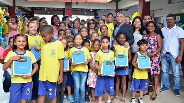 Secretário de Educação, Geraldo Castro Sobrinho, entre dezenas de estudantes que receberam os laptops