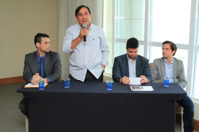 Prefeito Josemar durante coletiva explana sobre as melhorias no sistema de abastecimento de água e esgotos nos municípios