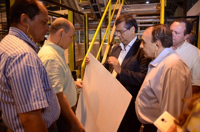 Flávio Dino, sua comitiva e diretores da Suzano com cara de poucos amigos durante a visita: incêndio estragou missão oficial