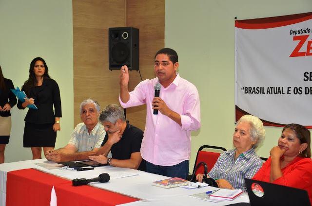 Zé Inácio fala ao público presente ao seminário, prestigiado por Raimundo Monteiro, Humberto Costa e Helena Heluy