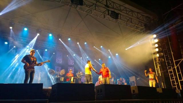 Prefeito Josemar Sobreiro subiu ao palco para cumprimentar artistas na primeira noite de folia