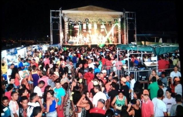 Multidão se divertiu ao som das bandas contratadas para animar o Carnaval luminense