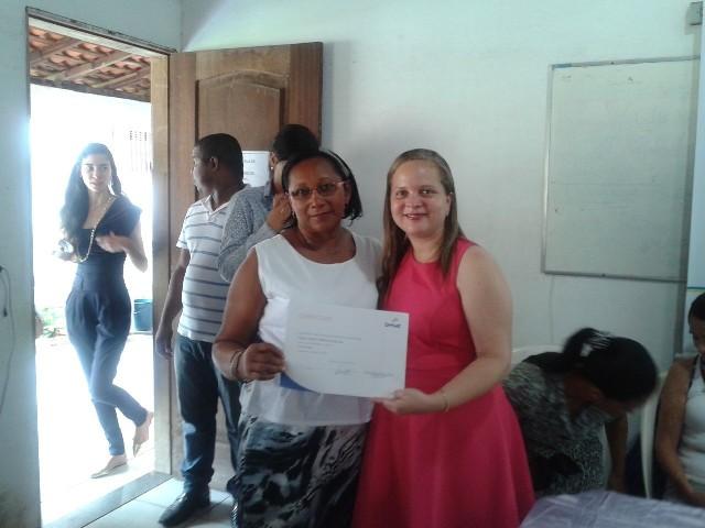 Uma das formandas recebe certificado de conclusão de curso das mãos da secretária da Mulher, Carla Sousa