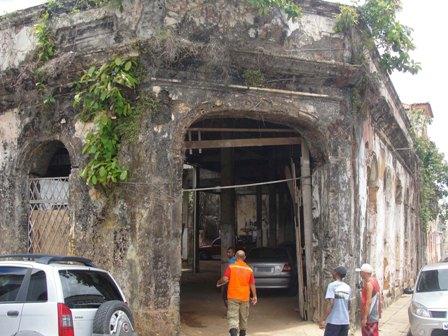 Casarão usado como estacionamento particular está praticamente em ruínas