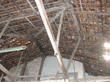 Estrutura que sustenta o telhado de casarão está visivelmente comprometida e pode ceder