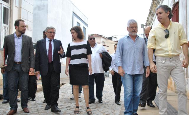 Reitor Natalino Salgado, presidente do IPHAN, Jurema Machado, e comitiva percorrem rua do Centro Histórico de São Luís