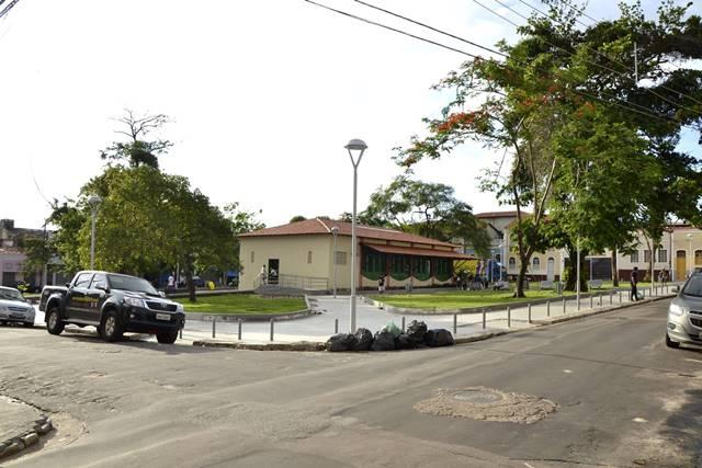 Lixo despejado estupidamente junto à recém-revitalizada Praça da Alegria (Foto: Sérgio Viana)