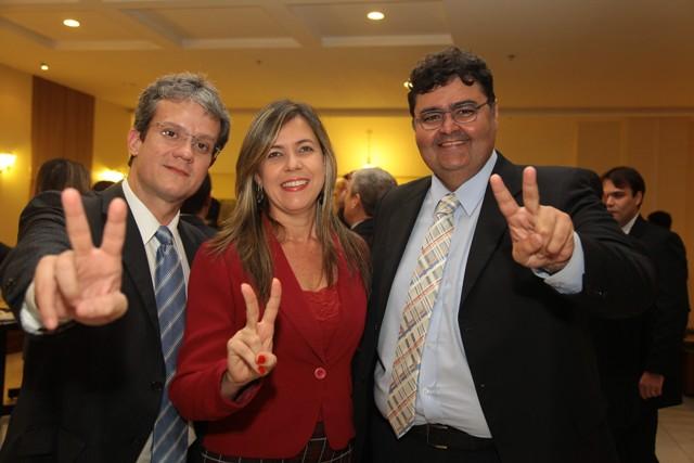 Valéria Lauande entre o advogado Ulisses Cesar Souza e o atual presidente da OAB-MA, Mário Macieira