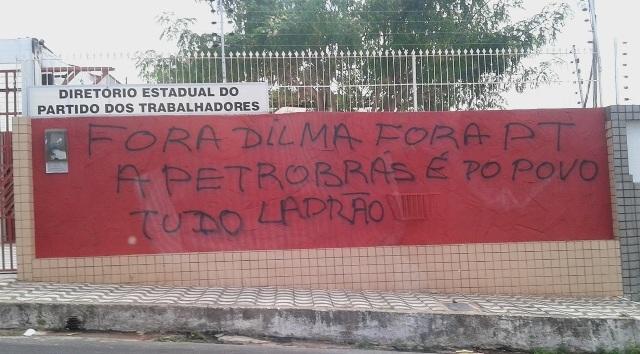 Muro da sede do PT, no Renascença, foi pichado com mensagem de protesto contra Dilma Rousseff e o escândalo da Petrobras