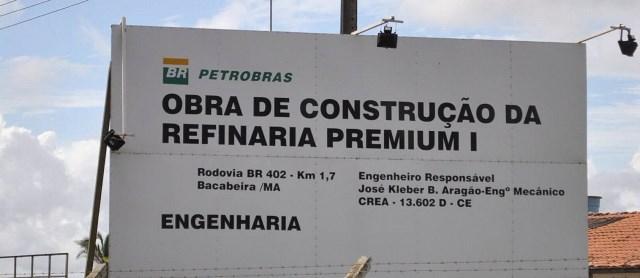 Placa com informações sobre o projeto da Refinaria Premium I