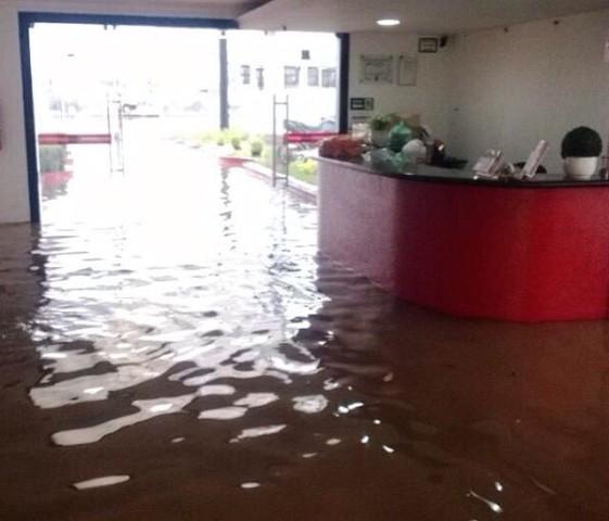 Recepção do curso ficou alagada na 13ª inundação do prédio em nove anos