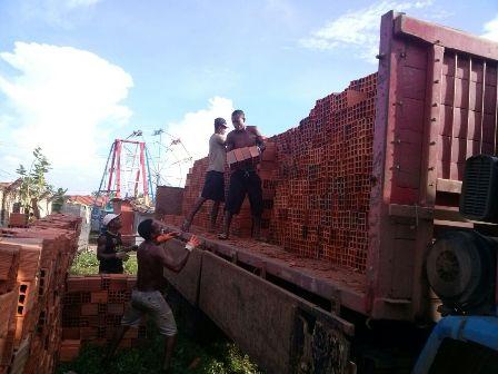 Material de construção doado pelo vereador Astro de Ogum