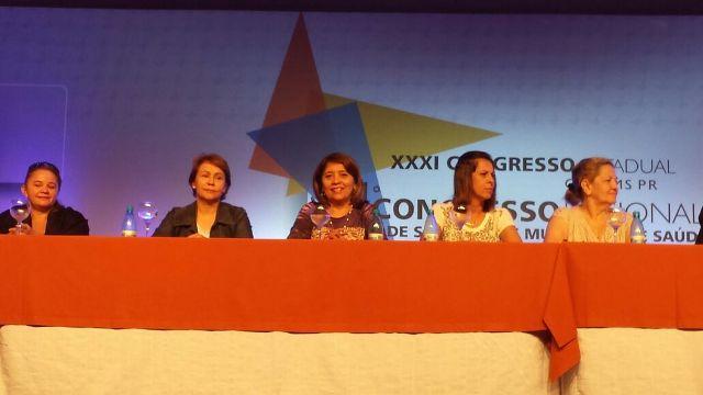 Presidente do Cosems, Iolete Arruda (ao centro) na mesa de abertura do encontro