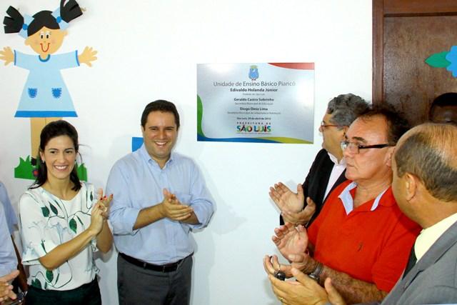 Prefeito Edivaldo, primeira-dama, Camila Vasconcelos, e secretário Geraldo Castro descerram placa de inauguração da UEB Piancó
