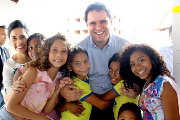 Prefeito e primeira-dama entre estudantes da escola inaugurada na área Inaugurada na área Itaqui-Bacanga
