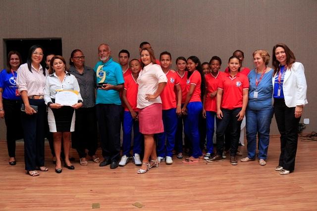 Diretores, professores e alunos da escola Y Juca Pirama exibem prêmio conquistado no concurso promovido pelo Sesi