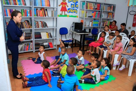 Crianças ouvem história narrada por educadora