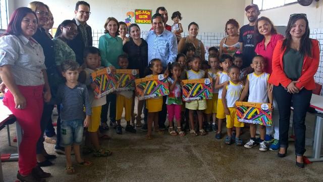 Prefeito Josemar entregou kits de livros didáticos, que atenderão 42 escolas de educação infantil