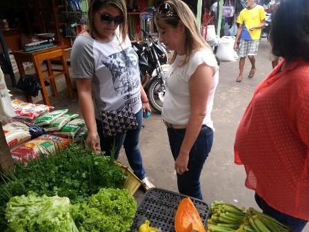 Secretária Rosany Aranha  conversa com produtora rural de Paço do Lumiar sobre experiência agrícola