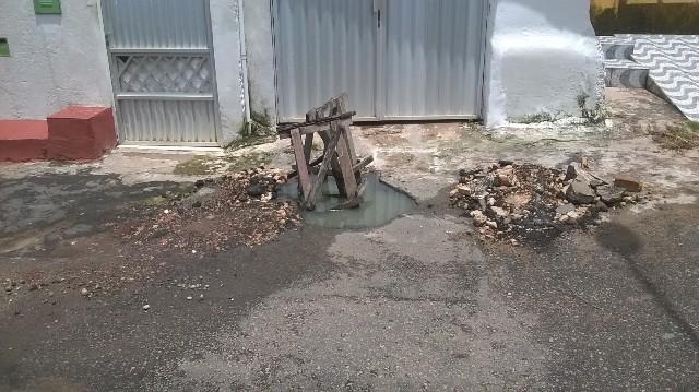 Além de jorrar dejetos na via e exalar mau cheiro, bueiro bloqueou garagem de uma casa