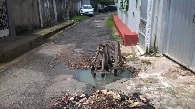 Esgoto estourado atormenta moradores da Travessa da Vitória há 15 dias