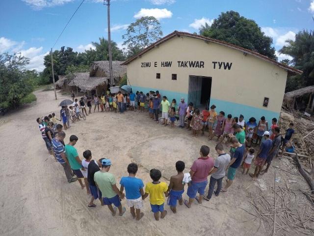Deputado e guajajaras deram as mãos e formaram um coração para simbolizar amor à causa indígena