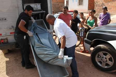 Removedores do IML recolhem corpo de Domingos Santos, vítima de latrocínio no Alto da Esperança, em janeiro deste ano