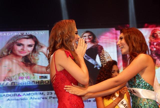 Isadora é cumprimentada pela Miss Maranhão 2014, Larissa Pires