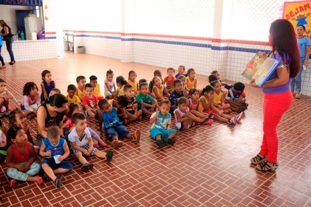 Na UEB Paulo Freire, na comunidade das Mercês, 195 alunos brincaram de roda, pega-pega, pularam corda, participaram de contação de histórias, com direito a pipoca, sorvete e pirulitos