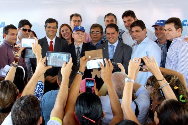 Prefeito Edivaldo com representantes da Caixa, do setor de construção civil e autoridades na cerimônia de entrega das chaves