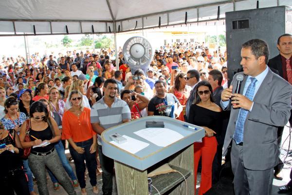 """Edivaldo: """" Prefeitura faz a sua parte, ajudando as famílias nessa importante etapa de suas vidas"""""""