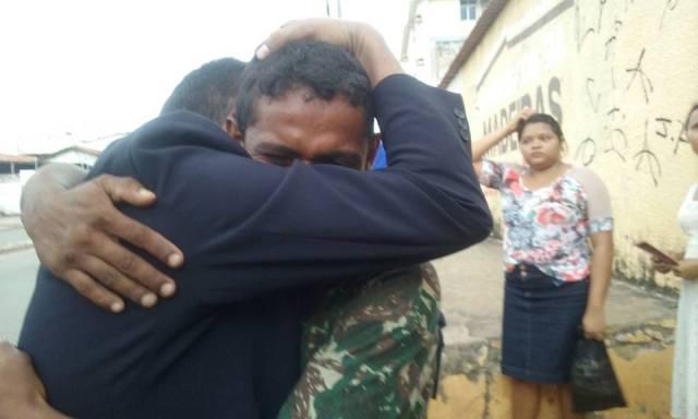 Jovem abraça Erisson Lindoso, que orou com ele e o encaminhou a centro de recuperação no São Cristóvão
