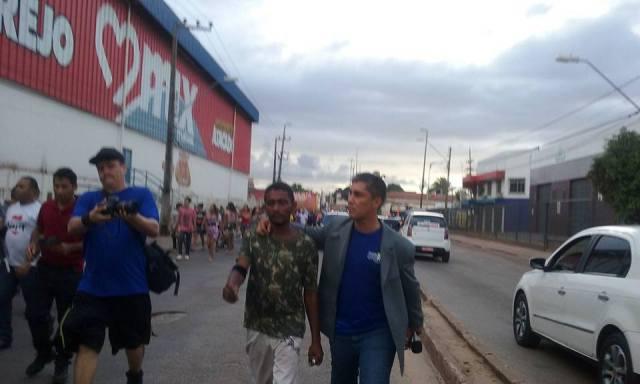 Diego sai caminhando com participantes da Marcha Contra as Drogas rumo à Comunidade Terapêutica Nova Vida