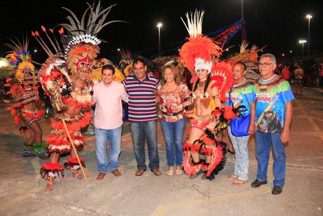 Prefeito Josemar Sobreiro, primeira-dama, Ivone Coqueiro, e o secretário de Cultura, Fernando Muniz, com índias de grupo de bumba-boi