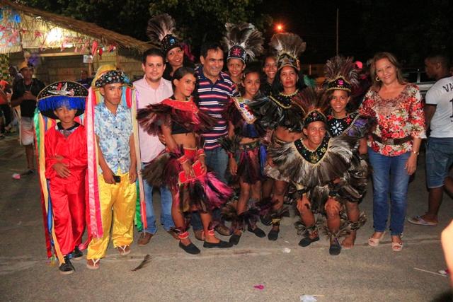 Josemar e comitiva com brincantes de um dos grupos que se apresentou no arraial do Viva Maiobão