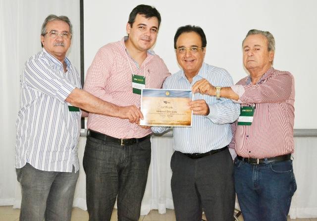 O diretor administrativo da Unicred São Luís, Janderey Paulo Julião de Souza (o mais alto) recebendo a premiação