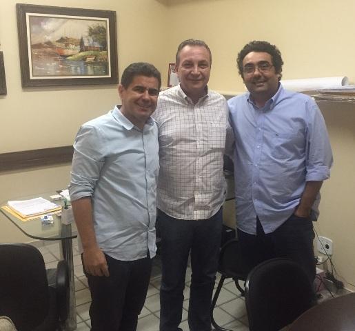 Luis Fernando entre Ricardo Guterres e Luis Fernando na reunião que selou o apoio do DEM ao pré-candidato a prefeito de Ribamar