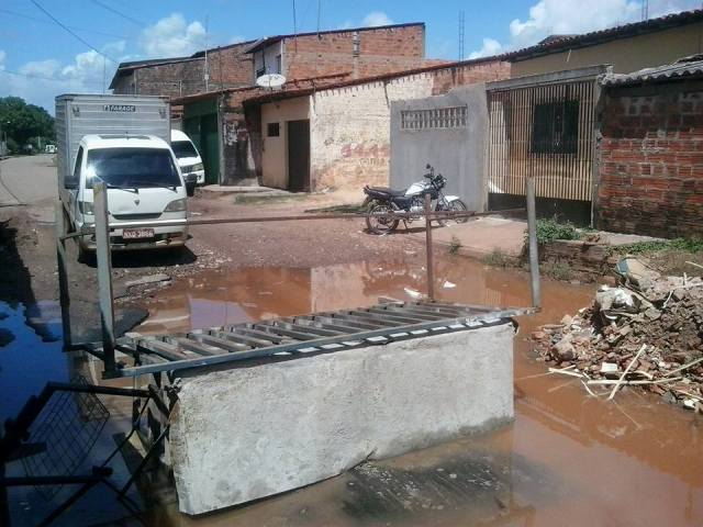 Caminhão parou no meio do caminho por causa do bloqueio feito por moradores na Rua São José