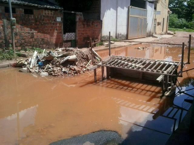 Populares usaram entulho, mesa e estrado velhos para bloquear acesso á Rua São José