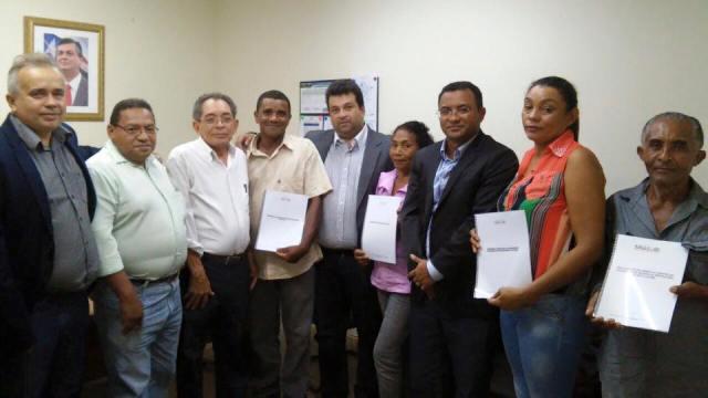 Secretário da Semapa, Aldo Rogério, entrega os projetos ao secretário de Estado de Agrilcutura Familiar, Adelmo de Andrade