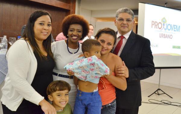 Secretário Geraldo Castro Sobrinho e a superintendente do Projovem Urbano, Áurea Borges, entregam kit a aluno
