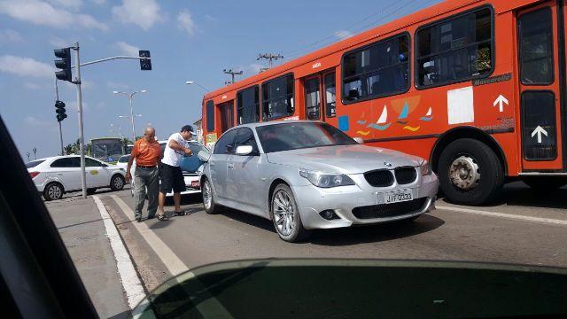 Motorista reabastece BMW com galão após veículo dar prego em plena Avenida Beira-mar