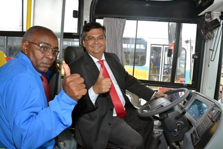 Flávio Dino faz pose ao volante de um dos ônibus da linha metropolitana