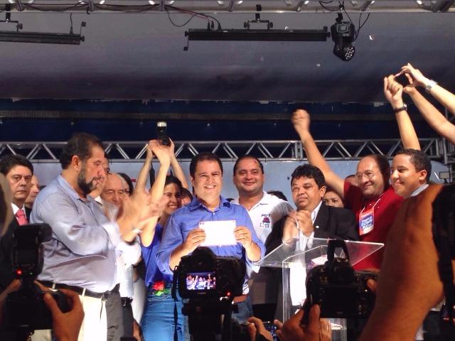 Edivaldo exibe ficha de filiação ao PDT ao lado de  lideranças do partido e de siglas aliadas