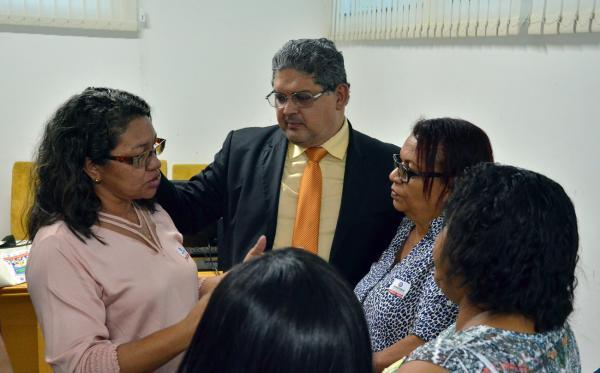 Geraldo Castro ouve representantes de escolas comunitárias em busca de solução