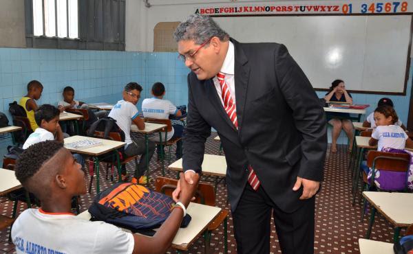 Geraldo Castro cumprimenta estudante no primeiro dia de aulas do segundo semestre em escolas do Município