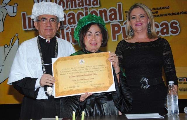 Reitor da UFMA, Natalino Salgado, entrega título de Doutor Honoris Causa à professora Maria Ozanira da Silva e Silva