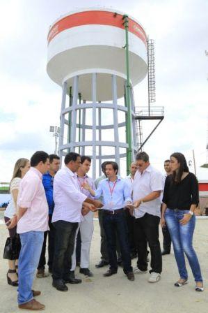 Prefeito Josemar Sobreiro conversa com técnico sobre novo sistema de abastecimento de água